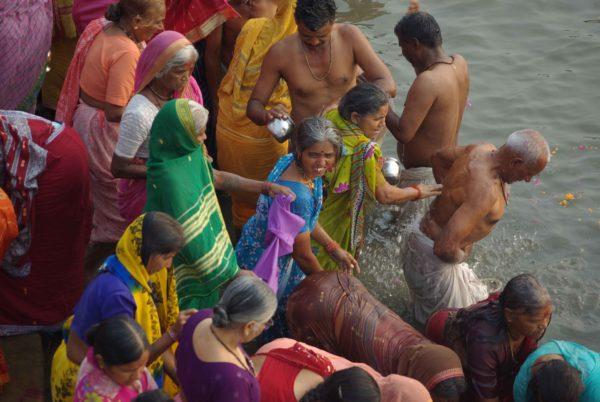 Indien Reise - Einheimische im Fluss