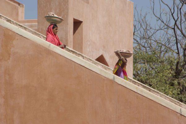 Indien - Damen mit Schalen am Kopf