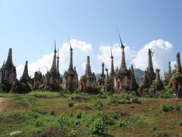 Myanmar - Wiese mit kleinen Pagoden
